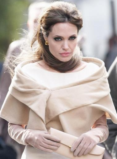 http://static.thehollywoodgossip.com/images/gallery/angelina-jolie-is-the-tourist_378x513.jpg