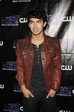 joe jonas on the red carpet 252x377 Aly Raisman to Joe Jonas: Date Me!