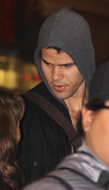 kris humphries head down 382x663 Kayla Goldberg: Kris Humphries Gave Me Herpes!