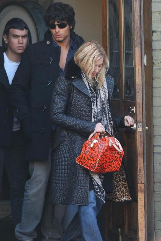 http://www.thehollywoodgossip.com/images/gallery/madonna-and-jesus-luz_512x769.jpg