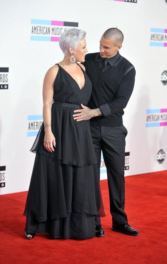 http://static.thehollywoodgossip.com/images/gallery/pregnant-pink-and-carey-hart_552x874.jpg