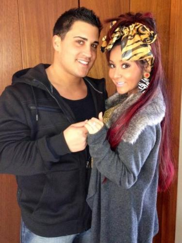 http://static.thehollywoodgossip.com/images/gallery/snooki-jionni-lavalle-engaged_375x500.jpg
