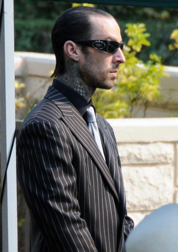 Chat Travis-barker-at-dj-am-funeral_582x823