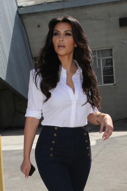 Ким в джинсах с завышенной талией.