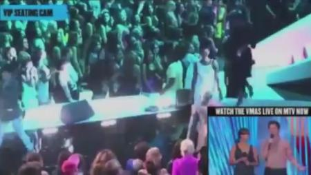 Chris Brown, Rihanna Kiss at VMAs